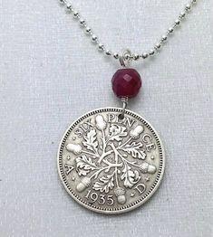 Seis peniques de plata COLLAR de MONEDA, moneda de plata antigua, lucky sixpence, moonstone del arco iris, ruby, sixpence boda, hojas de roble, bellotas, otoño, SP2 ---------- Antiguos plata seis peniques moneda collar, Rey George V, ramitas de roble, hojas de roble, bellotas  -lucky sixpence plata, diámetro 20 mm -perforados con una mechas pequeñas, he añadido una fianza de plata hecho a mano y genuino grano rubí tallado -viene con una cadena de bola plateado 25 o elegir plata cadena de 18…