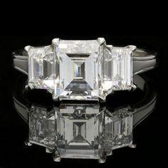 An Elegant 3.63ct Three Stone Step-Cut Diamond And Platinum Ring By Hancocks Diamante y platino anillo #antique #jewelry #joyeria #antigua #vintage #antigüedades #wishlist #listadedeseos