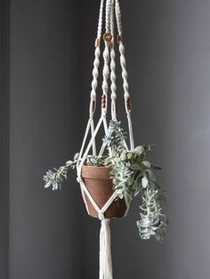 Makramee-amppeli Simple Aesthetic, Seasonal Decor, Plant Hanger, Diy And Crafts, Diy Projects, Pure Products, Creative, Plants, Cotton Linen