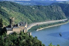 Auf Deutschlands Ferienstraßen ist der Weg tatsächlich das Ziel. Im Foto: das Mittelrheintal mit der Burg Katz