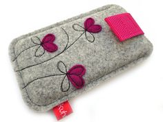 "Handytasche ""Petite Fleur"" bordeaux (iPhone - Abd My Site Felt Crafts Diy, Sewing Crafts, Sewing Projects, Felt Embroidery, Free Machine Embroidery, Felt Phone Cases, Pinterest Diy Crafts, Felt Bookmark, Fabric Gifts"