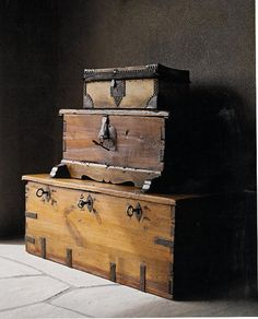 Lovely trunks and wood boxes 'Rustic Old boxes' Wooden Trunks, Old Trunks, Vintage Trunks, Trunks And Chests, Vintage Suitcases, Wooden Chest, Vintage Luggage, Antique Trunks, Old Wooden Boxes