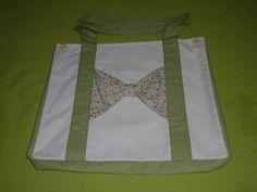 Bolsa sacola de sarja cor pérola com detalhes em sarja verde claro e lação com estampa de florzinhas, com forro sarja pérola. Dimensão:  40cm x 50cm x 8cm. Denim tote bag.