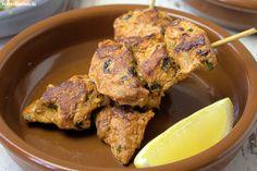 Rezept für leckere Tapas, Pinchos Moruos vom Grill. Würzige Schweinefilet-Spieße, die u.a mit geräuchertem Paprikapulver gewürzt werden. Die Spieße können auch in der Pfanne zubereitet werden.