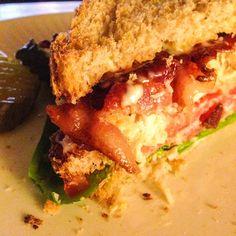 Le club sandwich: un repas contenant des cornichons et du bacon est toujours gagnant. - Le pamplemousse picoté
