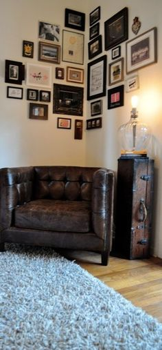 Twist on a gallery wall... A great way to display photos, college diploma, etc…