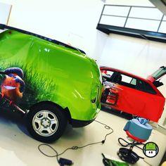 Een beetje #rood een beetje #groen... in de MindMade-Maakplaats is altijd wat te doen.  #rijmelarij #mooiwerk #autobelettering #stubbelogistiek #zuidhollandslandschap