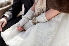 guanti di lana | woolen gloves | Winter bride look |  look sposa invernale | Baby, It's cold outside! http://theproposalwedding.blogspot.it/ #winter #bride #look #cold #freddo #inverno #sposa