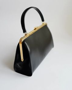 · Sophisticated and elegant vintage style Black Clasp Bag. Delve into the vintage style collection to discover the supreme quality, style and beauty. Our bags are meticulously handcrafted from the… Summer Handbags, Cheap Handbags, Hobo Handbags, Gucci Handbags, Black Handbags, Purses And Handbags, Luxury Handbags, Hobo Purses, Unique Handbags
