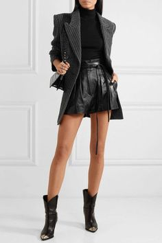 Amazing 32 Fascinating Leather Outfit Ideas For Winter To Try Leder Shorts Outfit, Black Shorts Outfit, Black Leather Shorts, Leder Outfits, Leather Skirt, Fashion 2020, Look Fashion, Autumn Fashion, Fashion Outfits