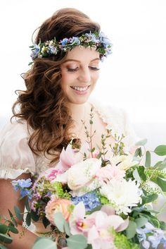 Bayerische Boho Braut mit Blumenkranz und Brautstrauss