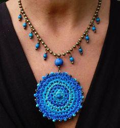 ABruxinhaCoisasGirasdaCarmita: colar em crochet com pedras