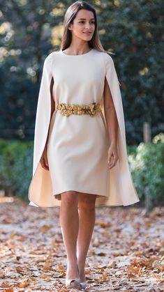 Las capas vinieron para quedarse en la próxima temporada. Otorgan elegancia y distinción a tu look. ¡Atenta a esta propuesta! Elegant Dresses, Pretty Dresses, Casual Dresses, Short Dresses, Fashion Dresses, Prom Dresses, Formal Dresses, Mode Abaya, Contemporary Fashion