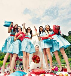 Picnic photoshoot with you bridesmaids (picnic decor in your wedding colors)