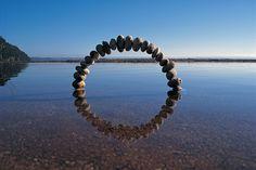 自然の風景の中に作り出された円型彫刻シリーズ