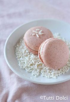 Strawberries and cream macarons are the ultimate taste of strawberries and cream! You'll love these strawberry macarons filled with cream cheese frosting. Biscotti, Funnel Cakes, Freeze Dried Strawberries, Strawberries And Cream, Tea Cakes, Meringue, Shortbread, Scones, Dessert Crepes