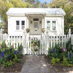 Palatka, Florida's south historic district #white #cottage #garden