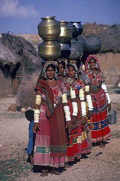De vrouwen van de Banjara verzamelen water, Andhra Pradesh. ©Robert Harding