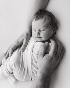 Simple and neutral newborn photography ideas for modern families who appreciate classy style. If you're a photographer who wants to create these simple but emotional photos with ease check out my one-click newborn presets for Lightroom: www.heliavisuals.fi/store  #heliavisuals #presets #lightroom #editing #newborn #newbornphotography #blackandwhiteediting My Newborn Baby, Newborn Baby Photos, Newborn Poses, Newborn Pictures, Newborn Photography Setup, Photography Ideas, Newborn Studio, Baby Images, Lightroom