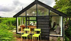 Wat een mooi tiny huis is dit! Bij het juffertje in het groen wordt je wakker middenin de natuur. Een vier persoons vakantiehuisje aan de ringvaart in Noord-Holland tussen het riet. Tiny house in the Netherlands