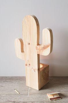 Madera de pino y taco de madera de palet, Tamaño 21 x 9,5 x 36 cm (aproximada). Este cactus lo entregamos en madera sin tratar, para que puedas personalizarlo (si quieres) y convertirlo en un regalo para alguien especial.