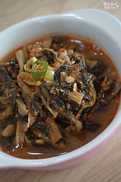 시래기 요리 ♩ 시래기지짐 소박하지만 맛은 최고 추운 겨울이 되면 생각나는 시래기 요리 ^^ 시래기가 섬유질에 미네랄 그리고 비타민D까지 풍부해서 저도 그리고 제 주변 지인분들도 많이 요리해 드시더라구요.. Korean Side Dishes, Quick Recipes, Asian Recipes, Cooking Recipes, Ethnic Recipes, K Food, Vegetable Seasoning, Korean Food, No Cook Meals