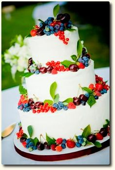 I like the leaves Beautiful berry cake w/green leaves