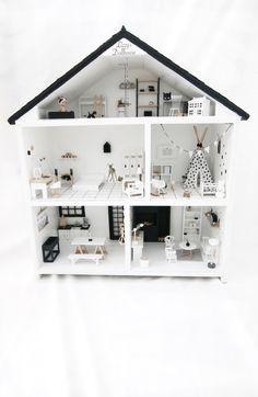 Mijn poppenhuis staat deze maand in de kekmama magazine, zo tof! Dollhouse Toys, Wooden Dollhouse, Dollhouse Miniatures, Miniature Crafts, Miniature Houses, Miniature Dolls, Modern Dollhouse Furniture, Barbie Furniture, Fun Crafts For Kids