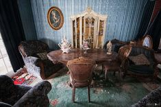 Nobody would think of d'Artagnan abandoned villa ... Posted in the middle of overgrown garden, state of inner storage, richly crafted furnishings, trinkets from another age suggests that the owners can arise at any time. Skulicious