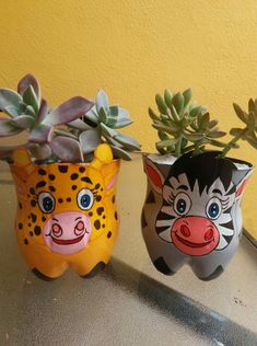 Plastic Bottle Planter, Plastic Bottle Crafts, Recycle Plastic Bottles, Recycled Bottles, Crafts To Sell, Diy Home Crafts, Clay Pot Crafts, Flower Pot People, Clay Pots