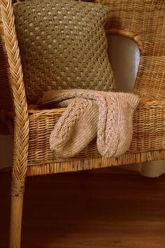 villahaka: Aamu-sukat + OHJE Knitting Socks, Knit Socks, Wingback Chair, Wicker, Accent Chairs, Furniture, Home Decor, Crafts, Upholstered Chairs