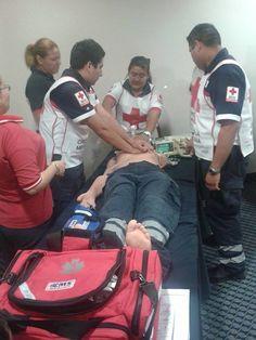 Trauma II EMS Rojo posando para la foto durante entrenamiento de ALS efectuado en  Cruz Roja Mexicana, Delegación Ciudad Victoria, Tamaulipas.  EMS Mexico   Equipando a los Profesionales