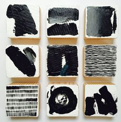 Diese Set von 9 Black & White (einen Hauch von grau) mit einem Hauch von blau modernen skandinavischen Moderne bemalte Wand Holzwürfel Skulpturen sind eine perfekte Technik Statement für Ihr Haus, Büro, Büros, kommerzielle Lobby, Hotel, Krankenhaus oder jeden öffentlichen Raum.