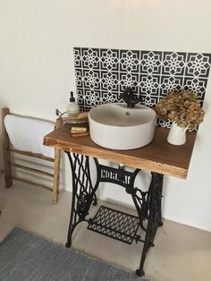 Old Sewing Machine Table, Old Sewing Machines, Cottage Showers, Baños Shabby Chic, Upstairs Bathrooms, Home Staging, Bathroom Interior, Home And Living, Home Furniture