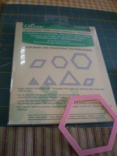 Hoy os quiero presentar las plantillas de Clover. Con estas plantillas ya no es necesario unir los hexágonos de tela a papel como en el si...