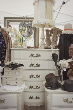 Top 10 tips at a vintage fair from a buyer's perspective. Includes lots of eye-catching displays and items from various vendors at St Louis VMD Fall '15.