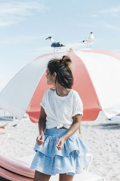 Summer | Ruffled skirt | Stripes | Beach | White shirt | Brown skin | More on Fashionchick.nl