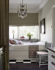 (love the curtain to enclose the bed; also, check out the pictures to see the great corner fireplace) Elegant et compact