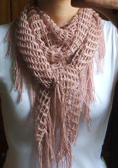 Atendendo a um pedido fiz novamente este xale que adoro. Vejam o primeiro que tricotei neste post . A única diferença é que fiz as franjas m...