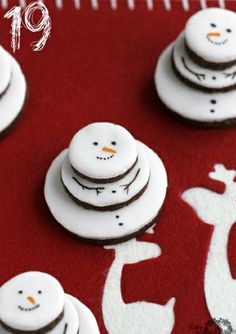 Since my other snowman cookies were a hot mess, these look easier.Round, flat cookies and an edible food marker = cute little snowmen! Christmas Finger Foods, Christmas Sweets, Christmas Cooking, Noel Christmas, Christmas Goodies, Christmas Ideas, Christmas Cakes, Snowman Cookies, Xmas Cookies