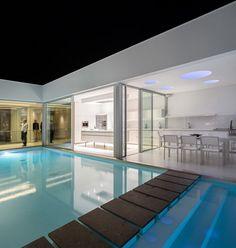 庭に水があるのいいな~ 管理が大変そうだけど。  World of #Architecture: Incredible #Modern #Villa by Mario Martins | #worldofarchi #house #minimalist #white