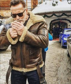 57 Dope Pics To Give Your Boredom the Boot - Funny Gallery Men's Leather Jacket, Shearling Jacket, Fur Jacket, Hipster Noir, The Misty Mountains Cold, Arnold Schwarzenegger, Mens Fashion, Fashion Outfits, Kicks