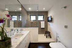 Box de alvenaria e vidro A construção de meia parede além de ser muito charmosa aumenta as paredes disponíveis no banheiro, tendo mais apoio, luminosidade e diminui o custo do boxe. Além disso, deixa a manutenção mais simples, pois diminui também os trilhos e ferragens.