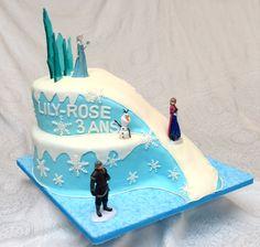 Gâteau de la reine des neiges (Frozen). 2 étages (vanille et chocolat) avec glaçage meringue suisse à la vanille et recouvert de fondant. - 70$ + personnages