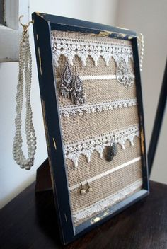 Ein alter Bilderrahmen kann als Schmuckorganisator wiederverwendet werden, den m… An old picture frame can be reused as a jewelry organizer that you can imagine. Picture Frame Crafts, Old Picture Frames, Picture Frame Decorating Ideas, Old Frames, Decor Ideas, Jewellery Storage, Jewellery Display, Earring Display, Jewellery Shops