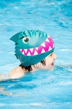 Moww un bonnet de bain avec aileron !! Un chouette cadeau à offrir à un enfant de 3 à 7 ans qui se jette dans le grand (ou le petit) bain ! Le bonnet est signé @donkeyproducts et disponible sur l'eshop de @bonjourbibiche <3 #jepeuxpasjaipiscine #piscine #bleu