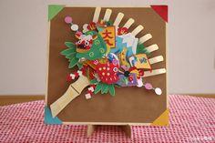子供が寝ているすきにササッと作ったものです。 御利益があるようにと、縁起のいい品々を沢~山くっつけました(*^_^*)。 果して御利益はあったのか…。... Japanese New Year, Chinese New Year, Japanese Things, Diy Origami, Diy And Crafts, Arts And Crafts, Paper Crafts, Pinterest Foto, New Years Decorations