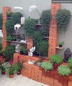 Jardim vertical com blocos de tijolos e tábuas de madeira