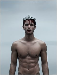 Renato Freitas poses for a haunting image in a deadly crown. Story Inspiration, Writing Inspiration, Character Inspiration, Red Queen, King Queen, King King, Shakespeare, Victoria Aveyard, Homo