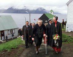 Det var et gensyn, da H.M. Dronningen for få timer siden ankom til Færøerne. Her starter det officielle besøg med Kongeskibet Dannebrog i morgen i den sydligste by Suduroy. Besøget kan følges på Kongehusets sociale medier og hjemmeside.  Her ses billeder fra to af Dronningens tidligere besøg på de nordatlantiske øer.   www.kongehuset.dk.